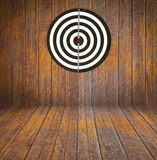 Dartboard sur le bois de pièce image stock