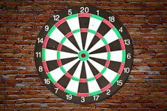 Dartboard sur le mur de briques image stock
