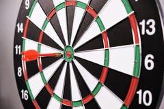 Dartboard z czerwonymi strzałkami Fotografia Stock