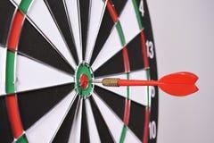 Dartboard z czerwonymi strzałkami Obrazy Stock