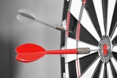 Dartboard z czerwonymi strzałkami Fotografia Royalty Free