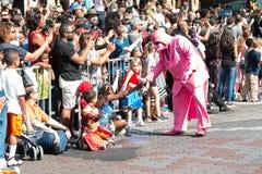 Darth rosado Vader obra recíprocamente con Atlanta Dragon Con Parade Spectators Foto de archivo libre de regalías