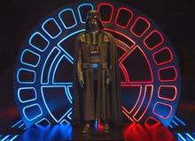 Darth Vader dräkt, Star Wars identiteter, O2 arena London royaltyfri bild