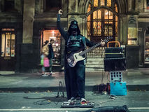 Darth Vader jouant la guitare la nuit Photographie stock libre de droits