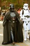 Darth Vader och Stormtrooper går i Halloween ståtar arkivbilder