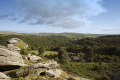 Dartmoor国家公园merrivale和泼妇突岩 免版税库存照片