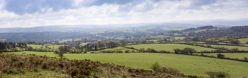 Dartmoor panorama som ser över den Moretonhampstead byn Royaltyfri Fotografi