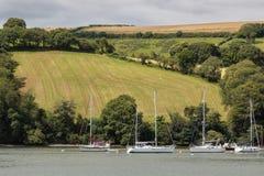 DARTMOUTH, DEVON/UK - 29. JULI: Boote festgemacht auf dem Fluss-Pfeil n Lizenzfreie Stockbilder