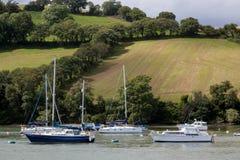 DARTMOUTH, DEVON/UK - 29. JULI: Boote festgemacht auf dem Fluss-Pfeilne Stockfotos
