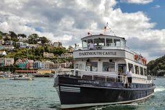 DARTMOUTH, DEVON/UK - LIPIEC 29: Dartmouth kasztelu przyjemności łódź a zdjęcie stock