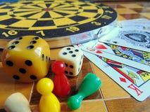 Dartscheibe mit Karten und Würfel auf Schachbrett Lizenzfreie Stockfotos