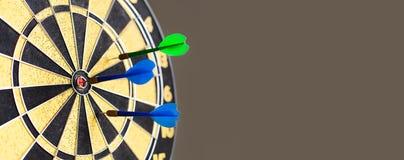 Dartscheibewettbewerb Zielziel schlagend, sticht blaues Grün der Zielleistung Retro- Designsportspiel, Kopienraum stockfoto