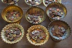 daruje Tajlandzkie monety na starej tacy Zdjęcia Stock