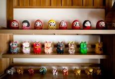 Daruma e Maneki Neko Dolls nel negozio di ricordo, Narita, Giappone Fotografia Stock Libera da Diritti