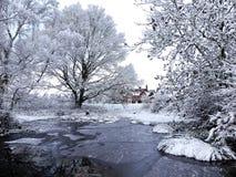 Darvellsvijver, Chorleywood, Hertfordshire in de wintersneeuw en ijs royalty-vrije stock fotografie