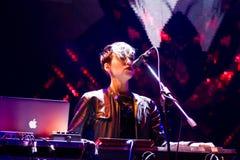 Daryna塞特,电镀民间带Onuka的键盘乐器演奏家在Roshen喷泉开头的,文尼察,乌克兰, 29 04 2017年,社论照片 库存图片
