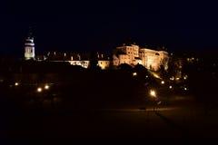 Das ÄŒeskÃ-½ Krumlov-Schloss in der Nacht Lizenzfreie Stockfotos