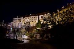 Das ÄŒeskÃ-½ Krumlov-Schloss in der Nacht stockbilder