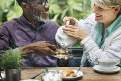 Das ältere Paar-Nachmittagstee-Trinken entspannen sich Konzept lizenzfreie stockfotografie