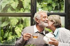 Das ältere Paar-Nachmittagstee-Trinken entspannen sich Konzept stockfotos