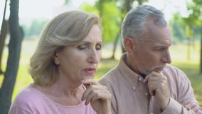Das ältere Paar, das vorbei streitet, bemannt den Betrug, Krise in den Beziehungen, Scheidung stock video footage
