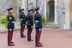 Das Ändern schützt mit den Soldaten, die mit Gewehren in Windsor Castl bewaffnet werden Lizenzfreie Stockfotos