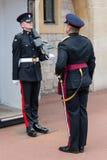 Das Ändern schützt mit den Soldaten, die mit Gewehren in Windsor Castl bewaffnet werden Stockbilder