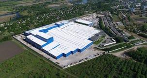 Das Äußere einer großen modernen Produktionsanlage oder der Fabrik, industrielles Äußeres, modernes Produktionsäußeres stock footage
