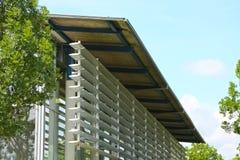 Das Äußere eines modernen Gebäudes, eine Wand des Glases mit Rolle s lizenzfreies stockfoto