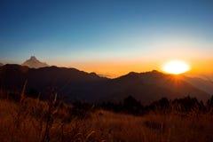 Das Überraschen sunrize in Himalaja-Bergen Stockfotografie