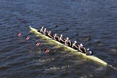 Das Ablesen der blauen Mantel-Mannschaft läuft im Kopf von Charles Regatta Men-` s Jugend Eights Lizenzfreie Stockfotografie