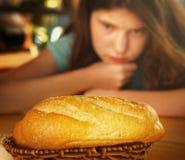 Das Abnehmen, jugendlich Mädchen des Gewichts lösend, lehnen Brotlaib ab Lizenzfreies Stockfoto
