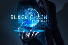 Das abstrakte Bild des Geschäftsmanngriffs das blockchain Hologramm an Hand und Element dieses Bildes versorgte durch die NASA lizenzfreies stockbild