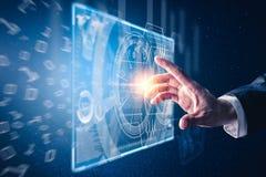 Das abstrakte Bild des Handpunktes zum virtuellen Hologramm des Geschäfts durch den Bildschirm lizenzfreie stockfotos