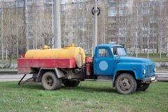 Das Abwasser mit einem alten LKW gut säubern Stockfotografie