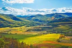 Das Ackerland unter dem Herbstberg Lizenzfreie Stockfotografie