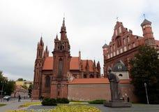 Das Adam Mickiewicz-Monument und die Kirche von St Anne in Vilnius Stockbilder