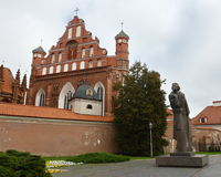 Das Adam Mickiewicz-Monument und die Kirche von St Anne in Vilnius Stockfotografie