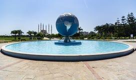 Das Adana-Stadtzentrum, gelegen auf den Banken Seyhan Rivers, ist die größte Moschee in der Türkei stockfoto