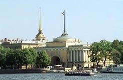 Das Admiralitäts-Kai des Flusses Neva Lizenzfreie Stockbilder