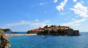 Das adriatische Meer und die Insel von Sveti Stefan Stockfotos