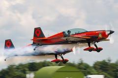 Das aerobatic Team der Blattbildung, das Extra-EA-300L aerobatic Flugzeuge fliegt Stockfotografie