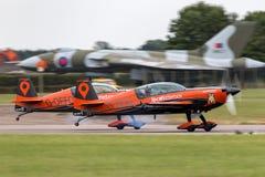 Das aerobatic Team der Blattbildung, das Extra-EA-300L aerobatic Flugzeuge fliegt Stockbild