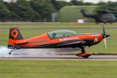Das aerobatic Team der Blattbildung, das Extra-EA-300L aerobatic Flugzeuge fliegt Lizenzfreie Stockfotografie