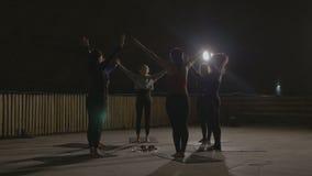 Das aerobe Klassenausdehnen führte durch einen Frauenlehrer in einem untertägigen kalten Platz der Dunkelheit, der durch Lampen b stock video footage