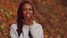Das afroe-amerikanisch Mädchen drückt das Erstaunen aus Herbstparkstandort stock video