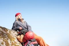 Das aktive Frauenfelsensteigen entspannen sich mit Rucksack stockfotografie