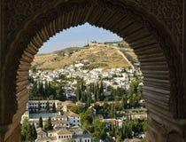 Das Albaicin von Granada durch ein maurisches Fenster Lizenzfreie Stockfotografie