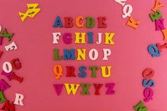 Das Alphabet der Kinder auf einem rosa Hintergrund lizenzfreies stockbild