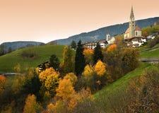 Das alpine Dorf von Villandro mit seiner chracteristic Kirche bei Sonnenuntergang, während der Herbstsaison Bozen, Italien Stockfotografie
